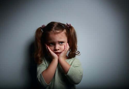 Une petite fille effrayée.