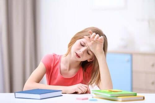 Une petite fille avec des maux de tête.
