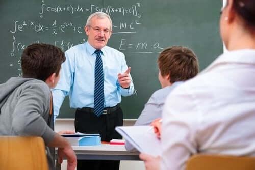 Un professeur et ses élèves.