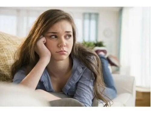 Une adolescente déprimée allongée sur son lit.