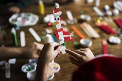 5 bricolages pour enfants avec des bâtonnets de crème glacée