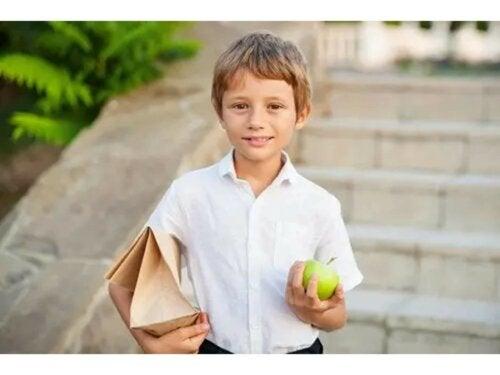 Une collation à l'extérieur de la maison avec un fruit.