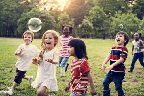 Des enfants jouent ensemble.