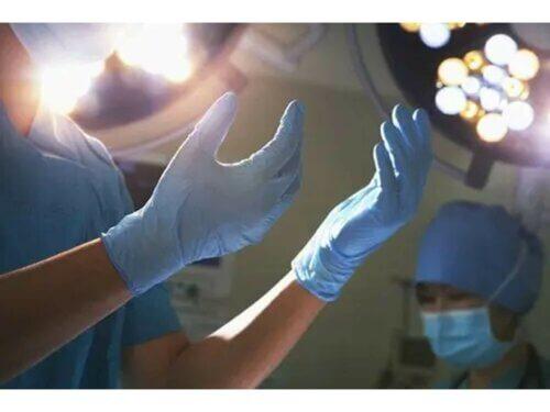 Les mains d'un médecin avant l'accouchement.