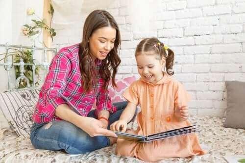 Une mère et sa fille lisent un livre.