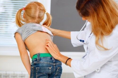 Maux de dos chez les enfants : que faire ?