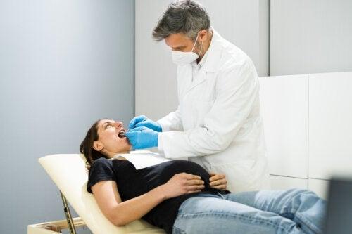 Puis-je recevoir des soins dentaires pendant la grossesse?