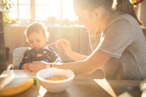 Menu pour les bébés de 12 mois: de nouvelles saveurs sont là