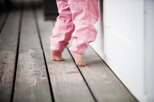 Mon enfant marche sur la pointe des pieds, est-ce une habitude ou un problème?