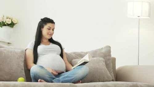 Lire au bébé pendant la grossesse, est-ce bénéfique ?