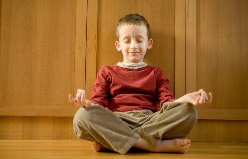 Une école qui enseigne la méditation et réduit les punitions