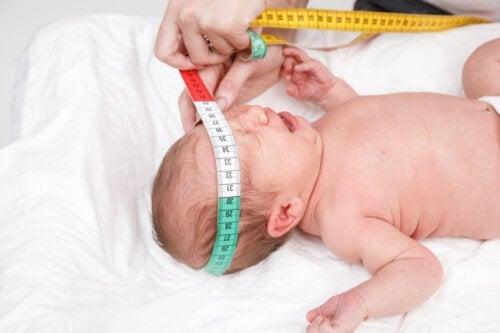 Pourquoi le pédiatre mesure-t-il la tête de votre bébé à la naissance ?