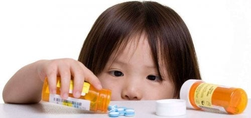 Dangers de laisser des médicaments à la portée des enfants