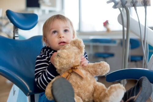 Quand emmener le bébé chez le dentiste pour la première fois ?