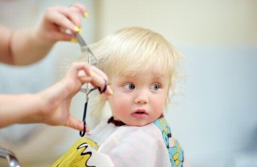 Comment couper les cheveux d'un bébé ?