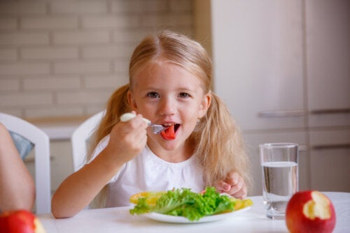 Les bonnes manières à table: les clés à enseigner à votre enfant