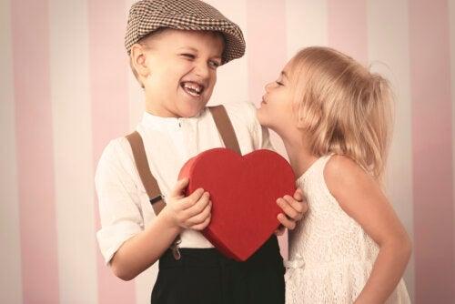 Forcer les enfants à s'embrasser: sachez pourquoi ne pas faire ça