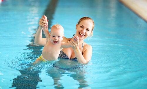 6 exercices de natation pour votre bébé