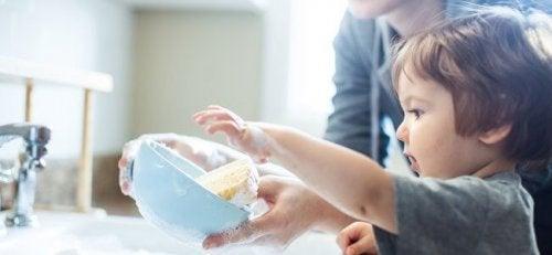 Encouragez votre enfant à faire des tableaux de tâches ménagères