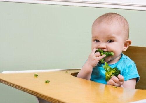 Comment nourrir un bébé pendant la poussée des dents?