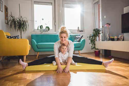 maman qui fait du yoga avec son bébé