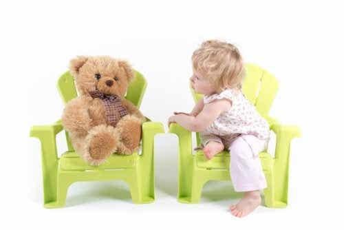 Bénéfices pour le développement de votre enfant s'il parle seul lorsqu'il joue