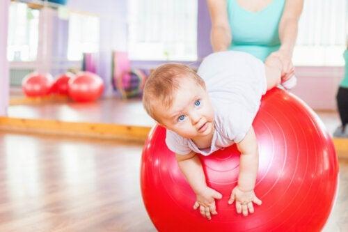 Gymnastique pour bébé: 4 exercices de stimulation