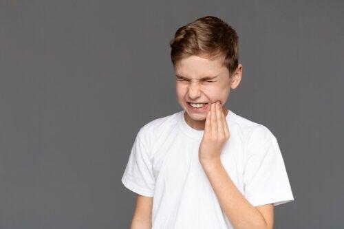 Comment apaiser les douleurs dentaires dues aux caries chez les enfants ?