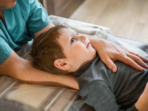 La physiothérapie chez l'enfant pour prévenir les problèmes posturaux