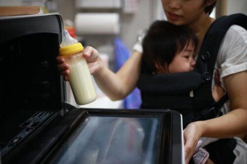 Peut-on chauffer le lait de bébé au micro-ondes?